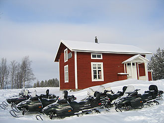 Mountain-cabins-and-Snowmobiles-Photo-CreActive-Adventure