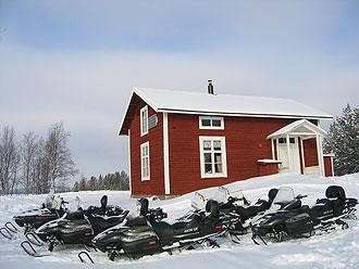 Mountain-cabins-and-Snowmobiles-Photo-CreActive-Adventure